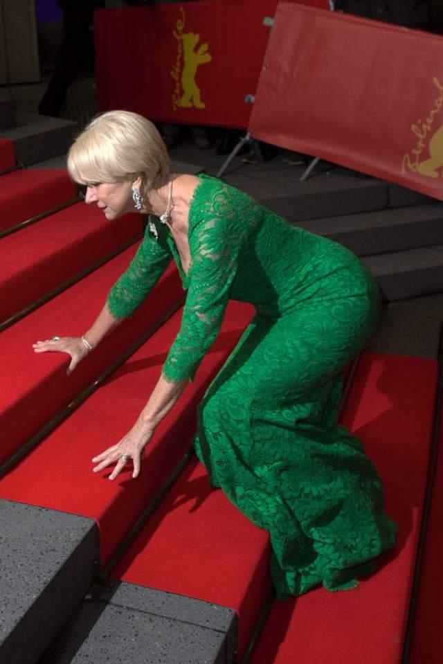 """Актриса Хелен Миррен """"не дружит"""" с лестницами. Она рухнула на красной ковровой дорожке Берлинского кинофестиваля."""