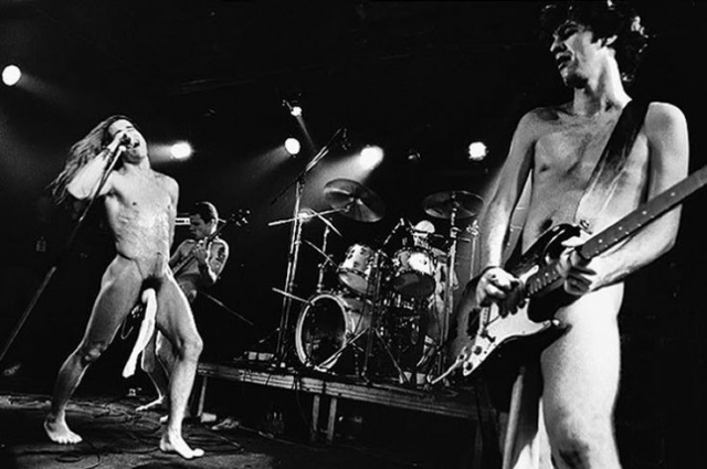 """"""" В 1983 году мы выступали на сцене стрип-клуба. К тому времени мы уже играли без рубашек, но это был стрип-клуб, девушки должны были танцевать с нами на сцене, и мы впервые решили выйти в одних спортивных носках """", - говорит Киддис."""