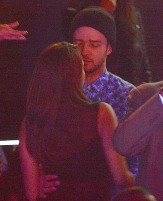 Джастин Тимберлейк. Линдси Лохан запечатлела на мобильный телефон звезду, целующуюся в клубе с некой девушкой.