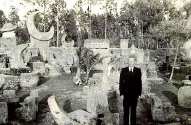 Эдвард Лидскалнин (1887 -1951) Эдвард был латвийским эмигрантом в США, а также скульптором - любителем. Лидскалнин в одиночку построил памятник, известный как коралловый замок во Флориде, а также он прославился своей необычной теорией магнетизма.