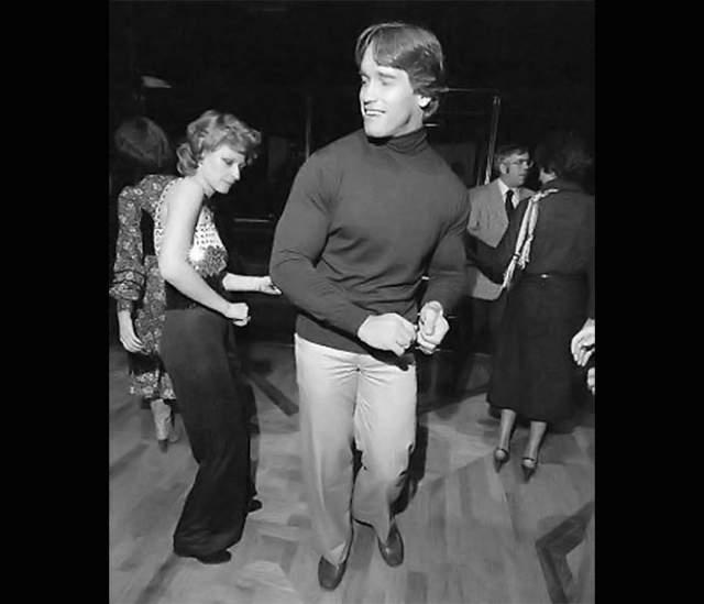 """Шварценеггер танцует в культовом ночном клубе """"Студия 54"""", знаменитом своими вечеринками, жестким фейсконтролем, беспорядочными половыми сношениями и непомерным употреблением наркотиков."""