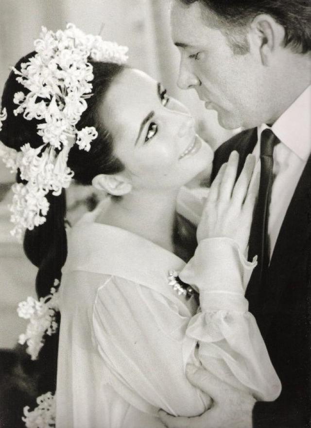 """Элизабет Тейлор. Звезда Голливуда встретилась с Ричардом Бертоном на съемках культового фильма """"Клеопатра"""", тогда же и закрутили феерический роман."""