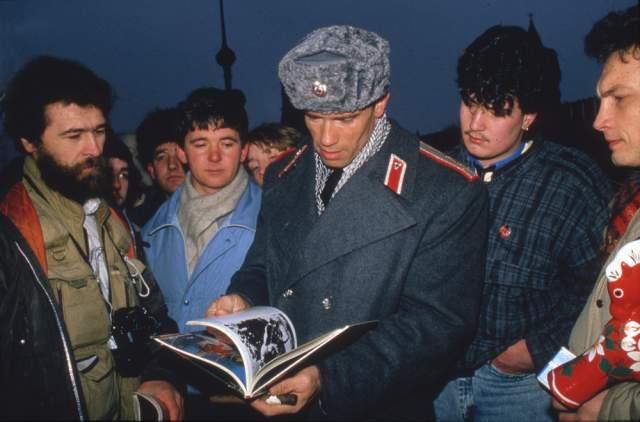 """Арнольд Шварценеггер прилетел в СССР на съемки московских эпизодов фильма """"Красная жара"""", февраль 1988 года."""