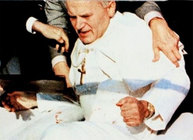 Пули попали в Иоанна Павла II в живот, и он рухнул навзничь на руки своего личного секретаря монсеньора Дзивиша.