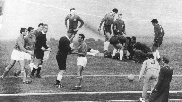 1962. Матч группового турнира между сборной Чили и сборной Италии получился одним из самых грубых в истории чемпионатов мира. Обе команды постоянно фолили, так что игроки уже к середине игры начали срываться.