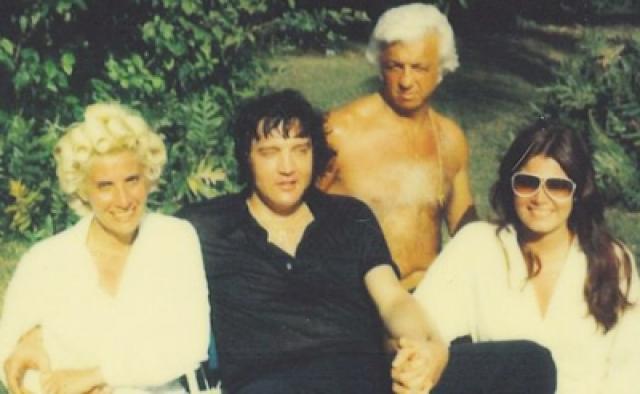 """Личный врач Элвиса Джордж Никополос, известный больше как доктор Ник, в 1981 году попал под суд, хотя судмедэксперт определил, что """"препараты были не в достаточной концентрации, чтобы привести к смерти"""", а Элвис умер от """"сердечной аритмии, вызванной сердечно-сосудистых заболеваний и гипертонии""""."""