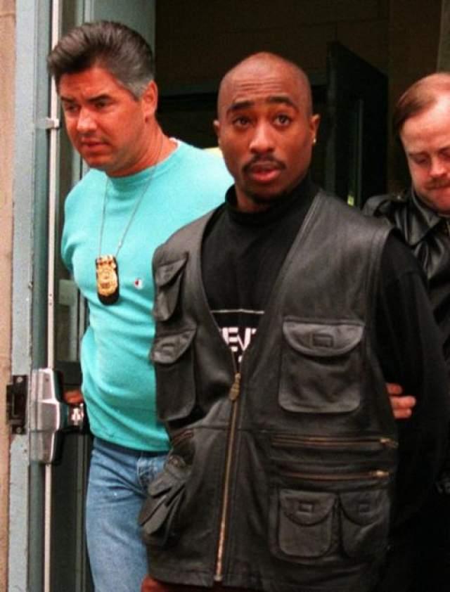 Шакур состоял в банде и не раз сидел в тюрьме. Он постоянно ввязался в неопрятные ситуации и раскачивался сполна. Так, в 1994-м году рэпер был обвинен в изнасиловании, однако, за день до оглашения приговора его обокрали, а затем выпустили в него 5 пуль.