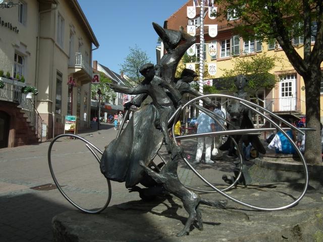 Этой поездке отчаянной женщины даже посвящена монументальная композиция в немецком городе Вислох.