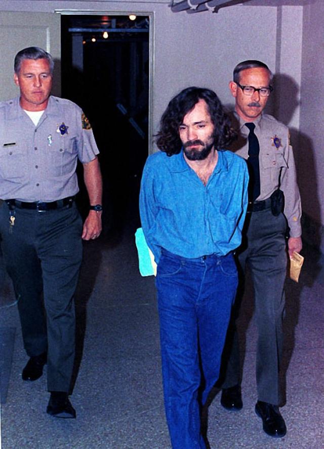 Пять членов сообщества, четверо из которых были женщинами, признали виновными в убийствах, а Мэнсона, который, кстати, не присутствовал на месте преступления, - в организации убийств.