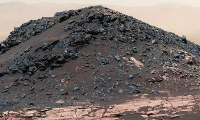 Как сформировался этот необычных холм Ирисок на Марсе? Его история стала предметом исследований. Его форма и двухцветная структура делают его одним из самых необычных холмов, около которых проезжал автоматический марсоход. Он достигает высоты около 5 метров, а размер его - около 15 метров.