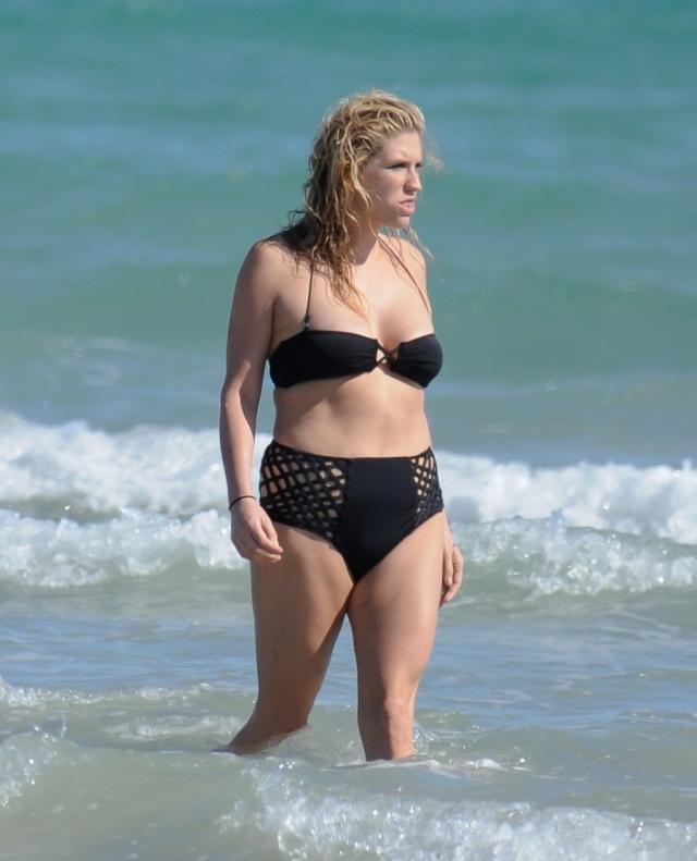 Певица Кеша постоянно вела борьбу с лишним весом, особенно под жестким надзором продюсеров. Девушка испробовала все возможные способы потери веса, но раз и навсегда обрести желаемую форму не смогла.