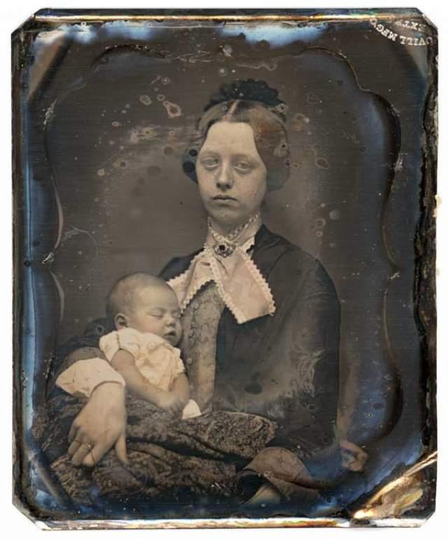 Женщина на этом фото умерла при родах. В фотосалонах даже устанавливали специальные приспособления для фиксирования трупов, а покойникам открывали глаза и закапывали в них специальное средство, чтобы слизистая не высыхала и глаза не мутнели.