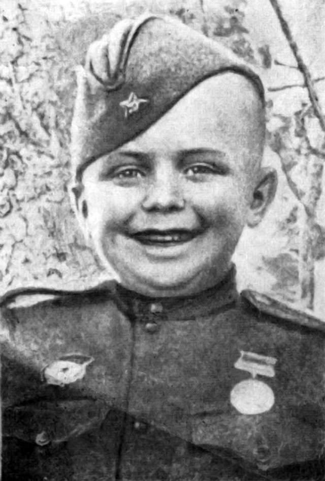 Тогда Алешков под Сталинградом спас командира, под обстрелом позвав на помощь, а также принял участие в откапывании заваленного блиндажа с командиром полка и несколькими офицерами.
