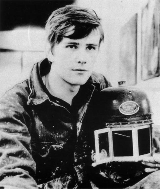 """Стюарт Сатклифф скончался в Гамбурге от кровоизлияния в мозг в 1962 году. Несмотря на то что Стюарт пробыл в составе группы совсем немного времени, он повлиял на всех участников The Beatles. За ним посмертно закрепилось прозвище Пятого из четверки. В фильме """"Битлз: 4+1 (Пятый из четверки)"""" 1994 года рассказывается об этом периоде в истории группы."""