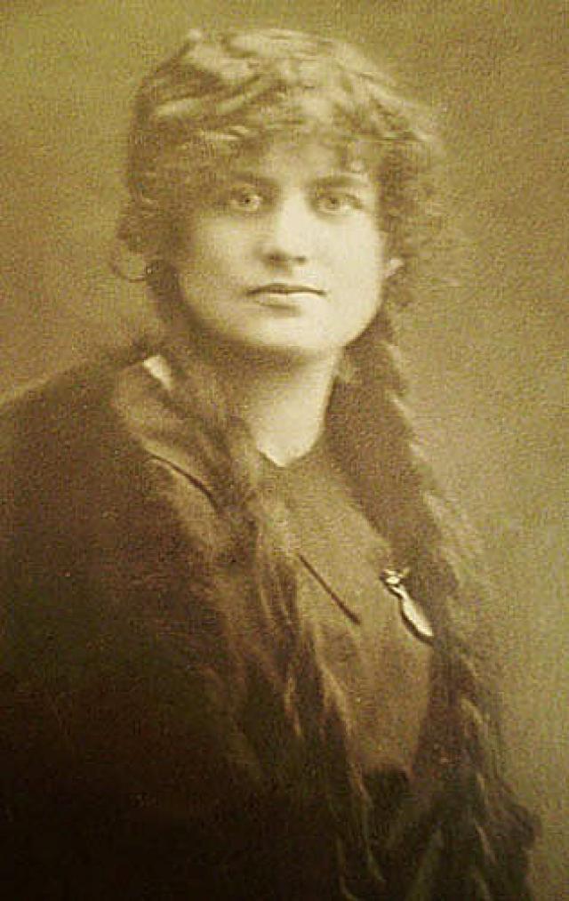 Несмотря на длительные отношения с Лилей Брик, у Маяковского было немало иных романов и увлечений, как на родине, так и за границей - в США и Франции. В 1926 году от русской эмигрантки Элли Джонс (Елизаветы Зиберт) в Нью-Йорке родилась его дочь Элен-Патрисия, ее Маяковский единственный раз увидел в 1928 году в Ницце.