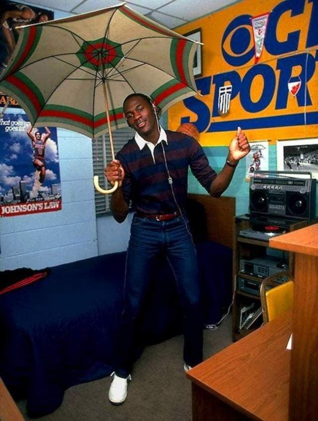 А это дурачится начинающий баскетболист Майкл Джордан .