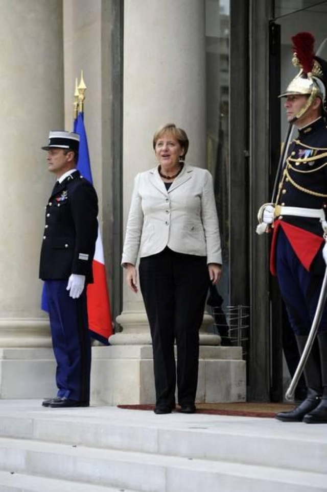 Многим модным критикам не нравится и любовь Меркель к брючным костюмам с чересчур короткими пиджаками.