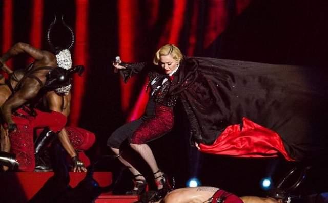 Мадонна рухнула прямо во время выступления, когда танцоры неудачно потянули ее плащ.