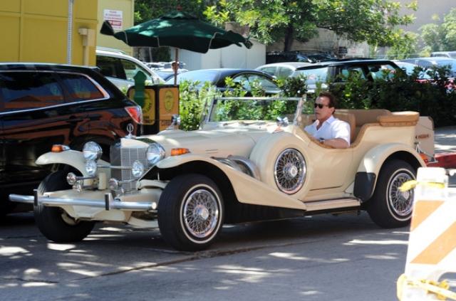"""Кинозвезда не пользуется услугами шоферов и всегда водит сам: """"Есть вещи, которые мужчина должен делать сам. Камин в своем доме я предпочитаю растапливать сам, и водить свой """"Порше"""" - тоже""""."""