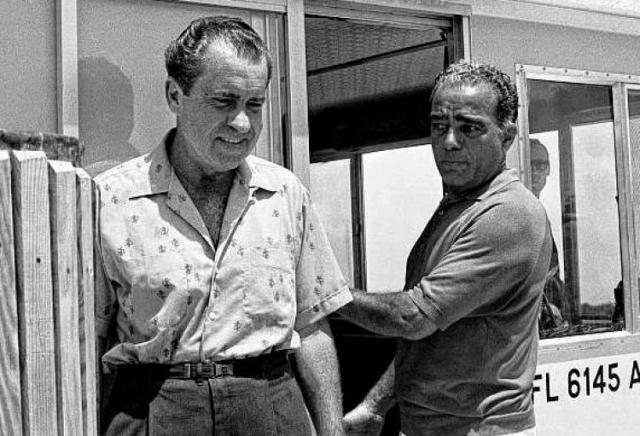 Став президентом, Никсон нанял специального советника, который отвечал за контакты с мафиози из Нового Орлеана Карлосом Марчелло и лос-анджелесским гангстером Микки Коэном.