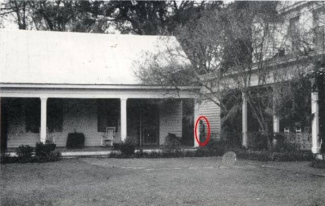 Дом на плантации Миртл в Сэнт-Франсисвилле, Луизиана является одним из самых известных домов с привидениями. Самый известный из них - призрак рабыни Хлои, которая была повешена.