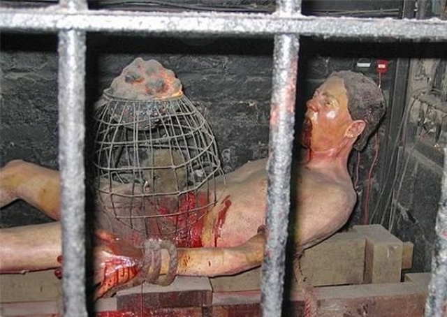 Пытка крысами. Этот вид экзекуции был очень популярен и в древнем Китае, и в Европе. Голого мученика привязывают уложенным на стол, после чего ему на грудь и живот кладут тяжелые клетки с крысами.