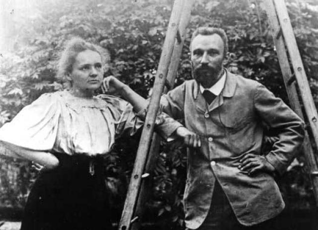 Трагически погибли оба ученых: Пьер - на улице, попав под колеса повозки, а Мария стала жертвой открытой ею же радиоактивности.