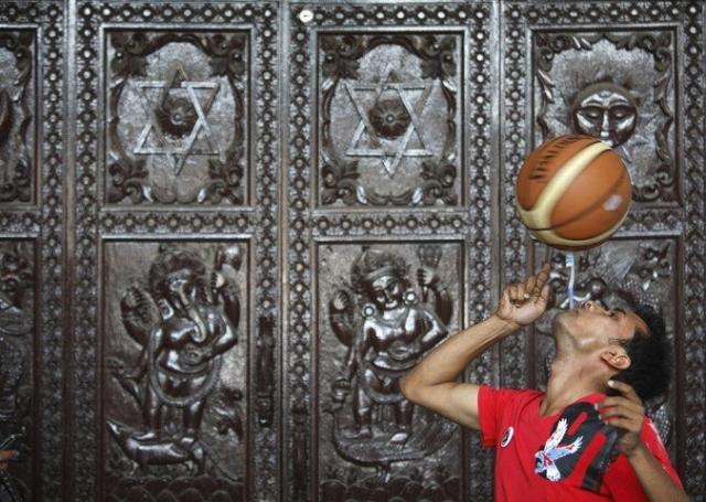 Танешвару Гурагаи из Непала удалось установить мировой рекорд, продержав баскетбольный мяч на зубной щетке, зажатой в зубах в течении 22,41 секунд.