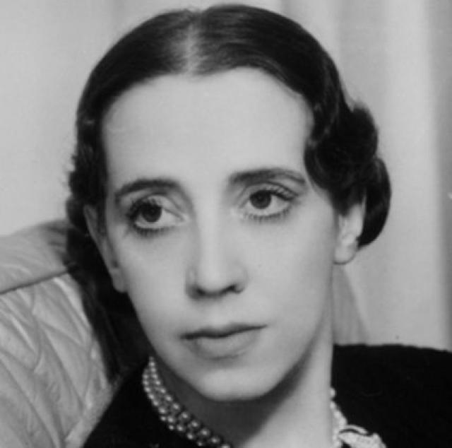 Эльза Скиапарелли. Эльза родилась в 1890 году в Риме. Ее мать была аристократкой, а отец интеллигентом. Но юную бунтарку совершенно не привлекала светская жизнь.