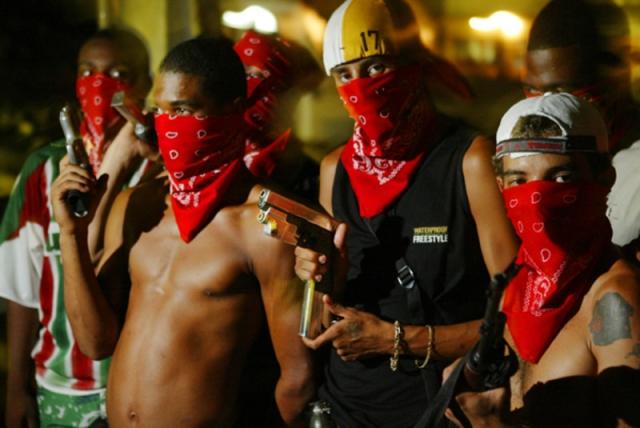 Банда позиционирует себя как братство и как своеобразный профсоюз заключенных, выступающий за смягчение исправительной системы Бразилии. Название связанно с симпатиям ее членов к футболу. Символом банды является китайский знак Инь-ян.