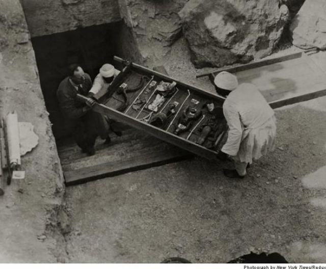 Вернулся он в середине декабря, после чего к причалу была проведена железная дорога. А возле берега находился пароход, специально арендованный для того, чтобы вывезти сокровища гробницы Тутанхамона. Первая находка была извлечена из усыпальницы 27 декабря 1922 года.