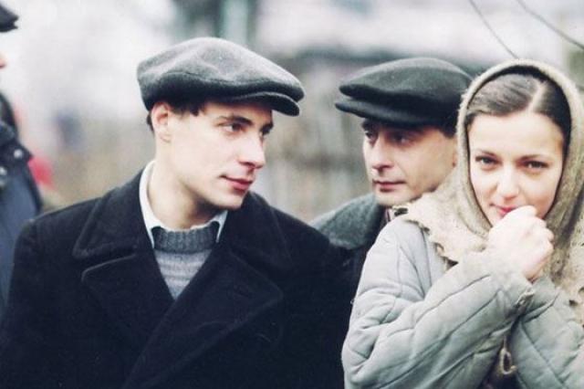 Евгений Цыганов. Супруга актера, Ирина Леонова, после свадьбы оставила актерскую карьеру и полностью посвятила себя семье. Она стала мамой семерых детей и вела хозяйство.