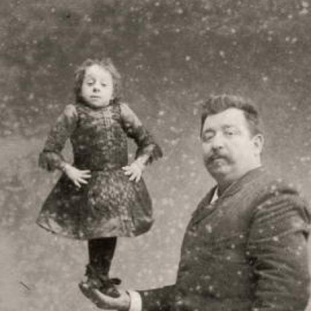 За всю историю человечества, согласно Книге рекордов Гиннеса, самой маленькой женщиной явилась Паулина Мустерс .
