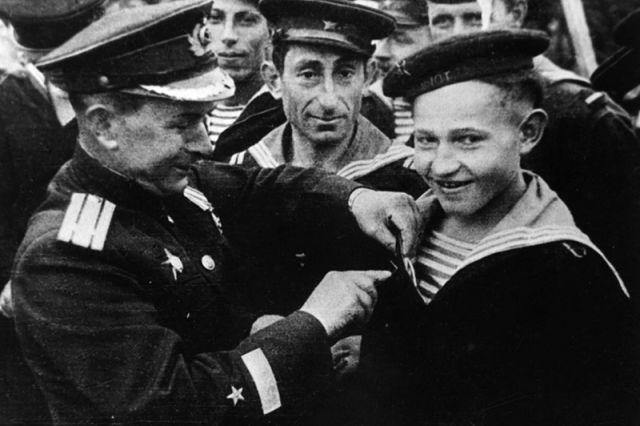 """Саша Ковалев. В 1942 году блестяще окончив школу юнг по специальности """"моторист"""", Саша Ковалев был отправлен для прохождения службы на эсминец Северного флота """"Громкий""""."""