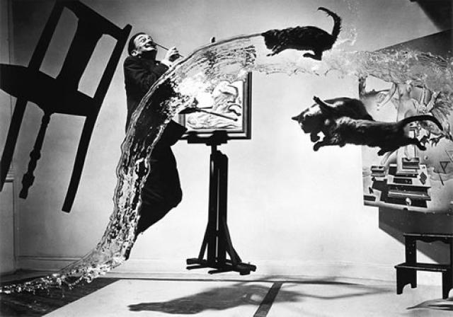 Филипп Хальцман был единственным фотографом, сделавшим карьеру на съемках людей... в прыжке. Он утверждал, что в прыжке объект съемки невольно показывает свою настоящую, внутреннюю сущность.