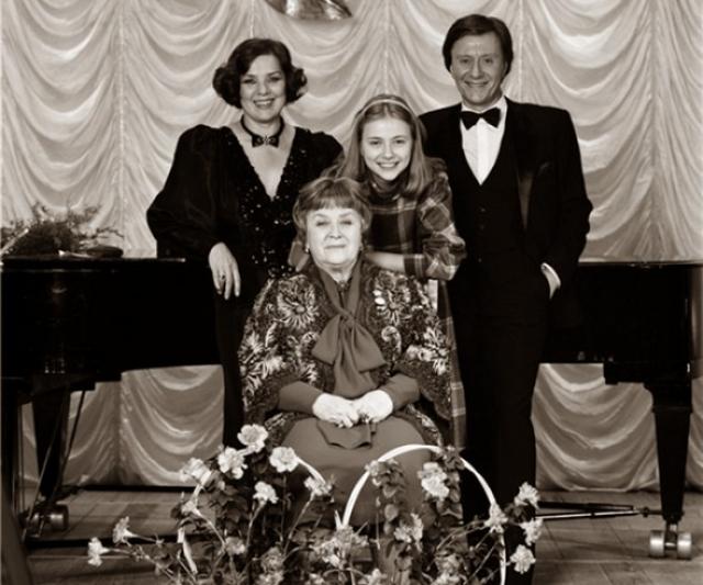 Актер скончался в августе 1987 года из-за кровоизлияния в мозг: он почувствовал себя плохо прямо во время спектакля на гастролях в Риге.