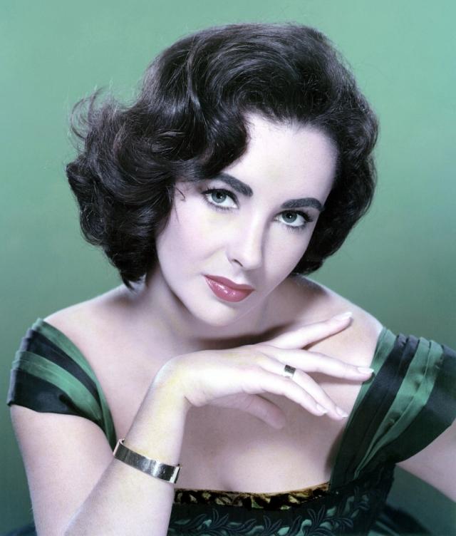 Элизабет Тейлор была объявлена умершей в конце 1950-х: во время операции сердце актрисы остановилось, и врачи на некоторое время решили, что к жизни она не вернется.