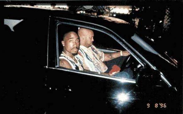 Рэпера Тупака Шакура с его менеджером также снял проходящий мимо поклонник. Менее, чем через час исполнитель был застрелен из проезжавшего мимо автомобиля 13 сентября 1996 года.