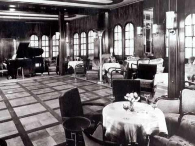 На нем был оборудован танцевальный зал, два роскошных обеденных помещения. Каюты большей частью были оснащены ваннами или душами. На верхней палубе находился бассейн.
