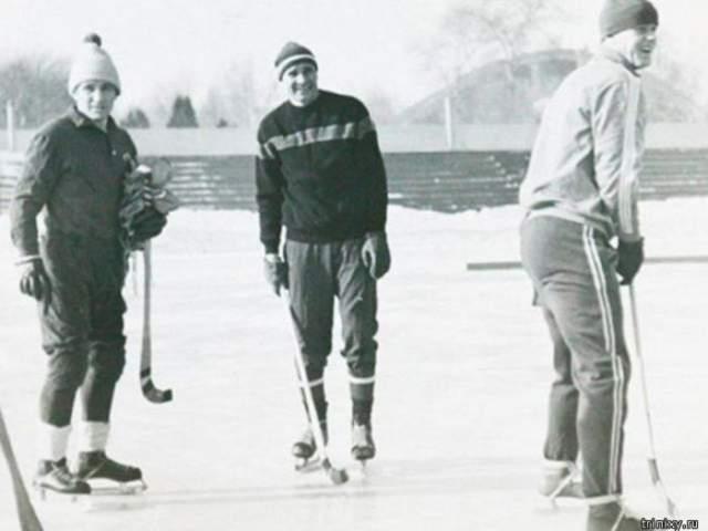 Прославленный Лев Яшин был не только футбольным вратарём, но и хоккейным. Его даже хотели позвать в хоккейную сборную на чемпионат мира, но он решил сконцентрироваться на футболе.