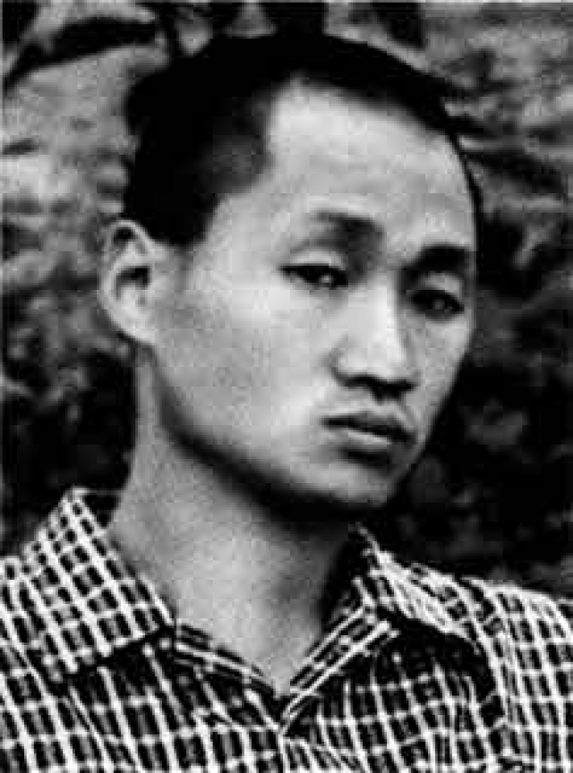 Вместе со старшим братом (младший умер от дизентерии в одном из лагерей повстанцев) его тайно переправили в Шанхай, где они познали страшную нищету. Довольно часто детям приходилось просить милостыню на улице.