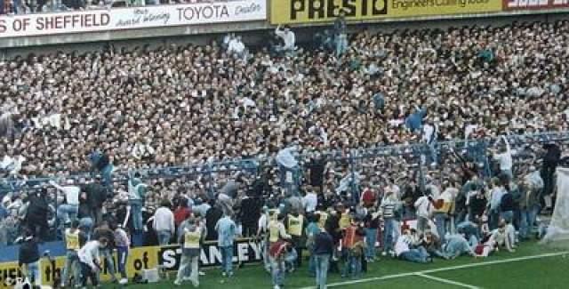 """Давка на стадионе """"Хиллсборо"""" В 1989 году в результате давки, которая произошла на стадионе """"Хиллсборо"""", Англия во время полуфинального матча Кубка вызова Футбольной ассоциации между командами """"Ливерпуль"""" и """"Ноттингем Форест"""", погибло 93 болельщика, еще 200 получили травмы различной степени тяжести."""