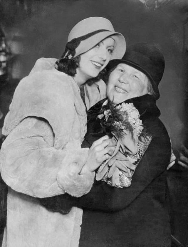 Первым ее заданием было уничтожение Адольфа Гитлера, который был поклонником актрисы. По ее словам, он часто писал ей и приглашал в Германию, однако операция не сорвалась из-за третьих лиц.