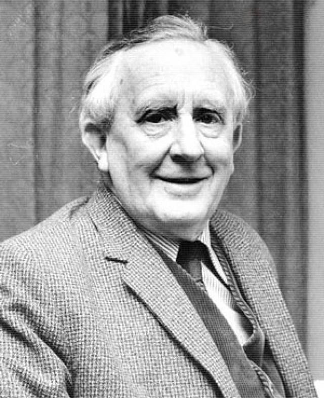 В конце 1972 года он сильно страдал от несварения желудка, рентген показал диспепсию. С кровоточащей язвой желудка Толкина доставили в частную клинику, но позже развился плеврит, и в ночь на воскресенье 2 сентября 1973 года Джон Рональд Руэл Толкин скончался в возрасте 81 года.