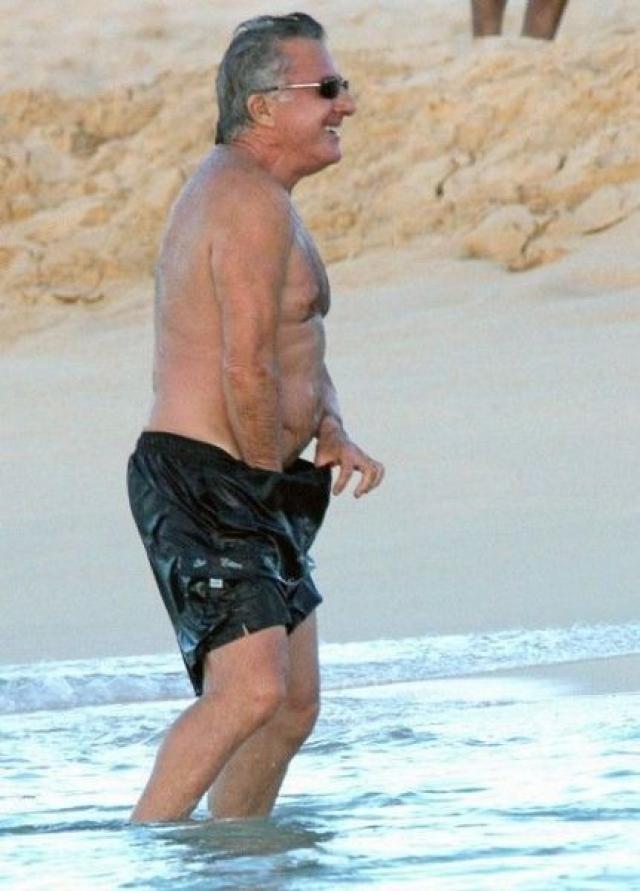 А вот актер Дастин Хоффман что-то потерял в шортах.