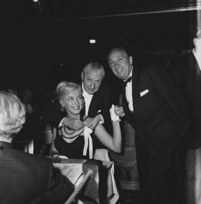 Мэрилин Монро. Накануне смерти актриса провела вечер с гангстером Сэмом Джанканой, который, по мнению некоторых биографов, пытался убедить девушку не раскрывать секреты ее отношений с президентом Кеннеди и его братом.
