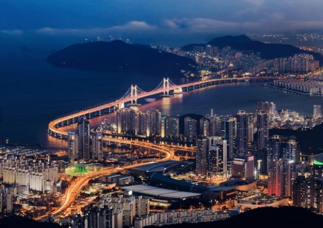 10. Пусан, Южная Корея Пока туристы толпами едут в Сеул, посетите второй по величине южнокорейский город — Пусан. Его называют летней столицей Кореи, так как там много пляжей. Кроме того, Пусан знаменит своим художественным музеем, открытым птичьим заповедником и рыбным рынком.