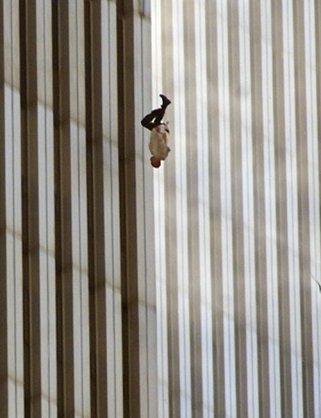 """Самая известная фотография, которую никто не видел"""", — так фотограф Associated Press Ричард Дрю (Richard Drew) называет свой снимок одной из жертв Всемирного торгового центра, выпрыгнувшей из окна навстречу собственной смерти 11 сентября."""