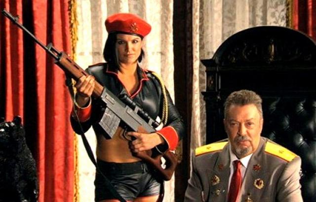 Естественно, при подобном содержании картина буквально кишит клише и киноляпами. Чего только стоят русские военные леди.