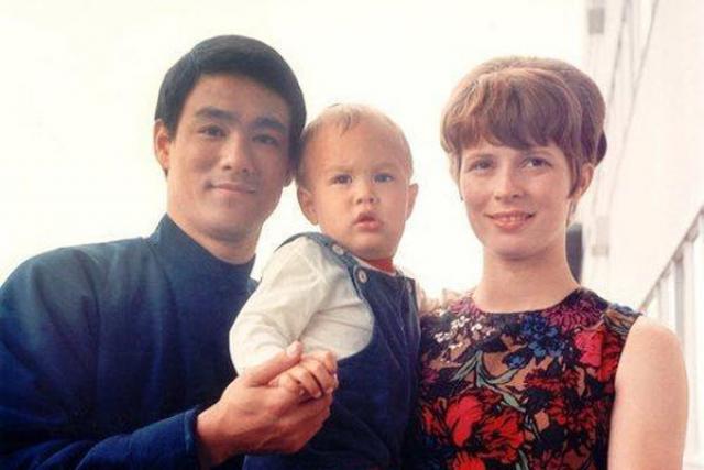 Брюс и Линда поженились 17 августа 1964 года, позже появились на свет их двое детей - Брэндон и Шеннон.